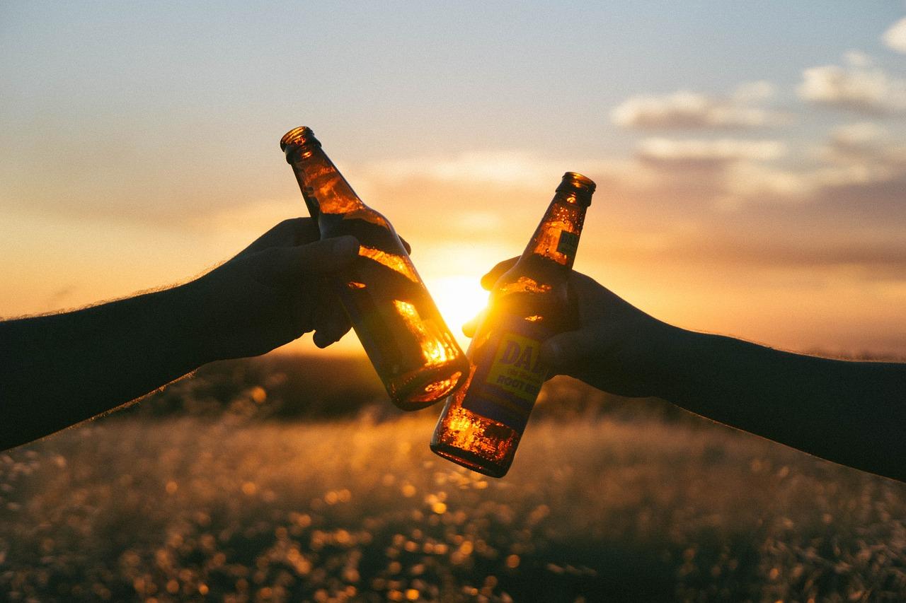 piwo i zachód słońca